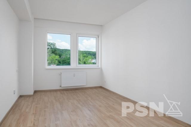Pronájem bytu 1+kk skuchyňskou linkou Peroutkova 81, Praha5